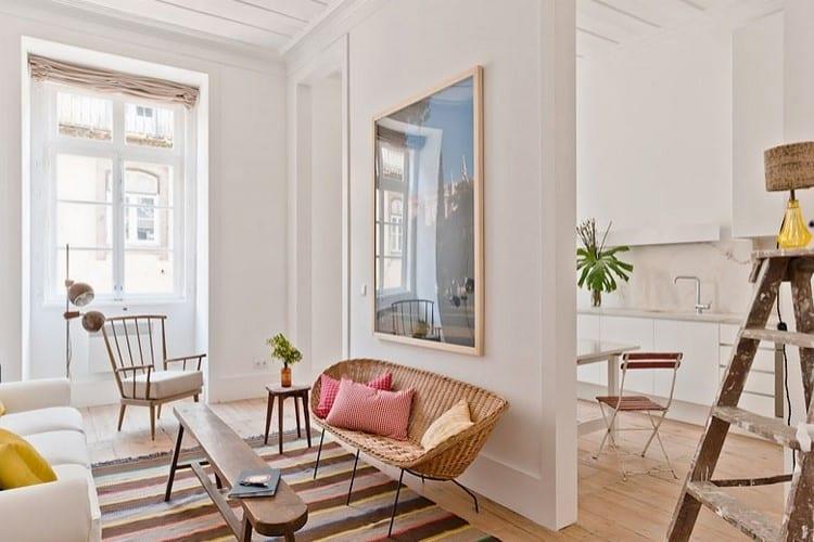Du mobilier en bois pour un appartement blanc