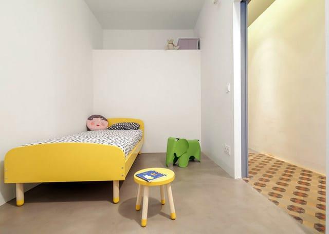 Barcelone un appartement rénové avec des panneaux coulissants (10)
