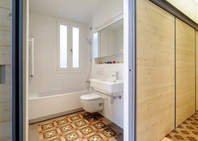 Barcelone un appartement rénové avec des panneaux coulissants (14)