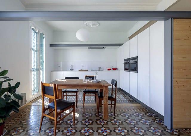 Barcelone un appartement rénové avec des panneaux coulissants (2)