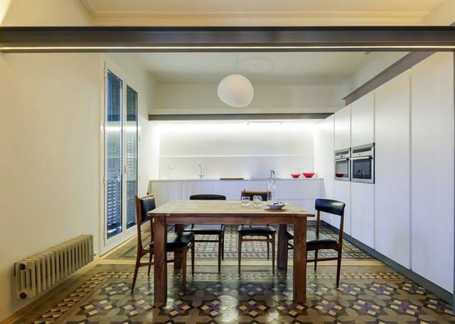 Barcelone un appartement rénové avec des panneaux coulissants (4)