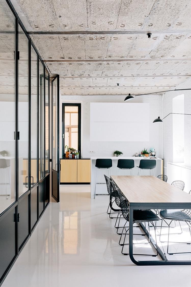 loft avec plafond et sol en beton