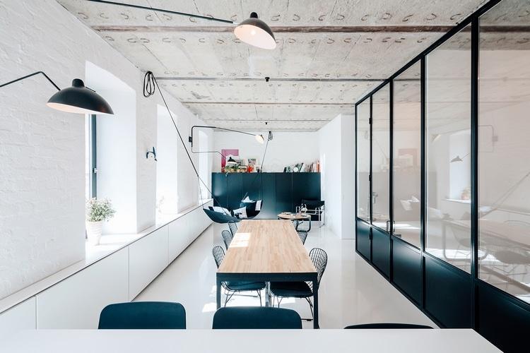 sejour loft avec mobilier noir et bois