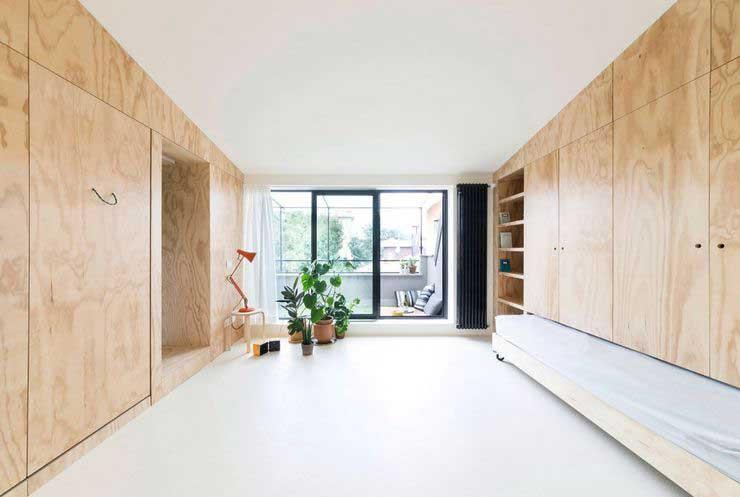 Appartement optimisé avec des placards en bois (1)