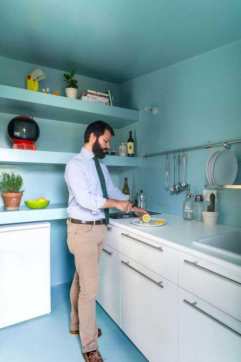 Appartement optimisé avec des placards en bois (8)