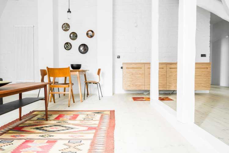appartement aux murs de briques et la d co scandinave. Black Bedroom Furniture Sets. Home Design Ideas