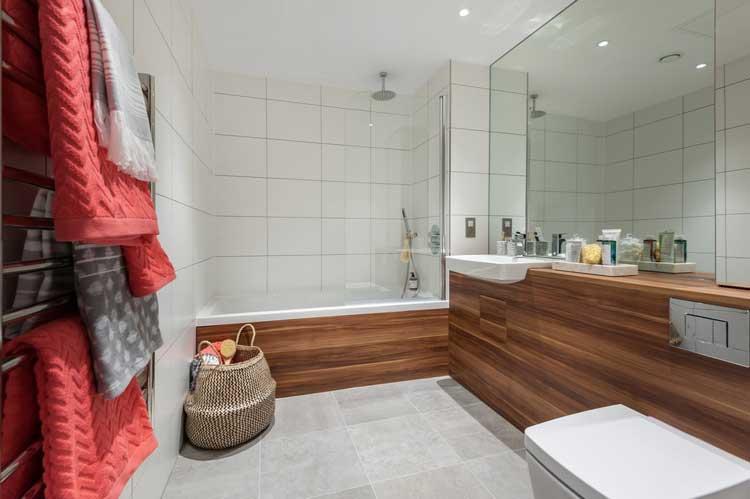 salle de bains carrelage blanc et bois