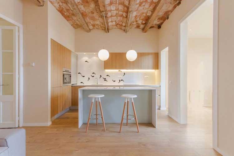 cuisine pastel avec plafond en brique