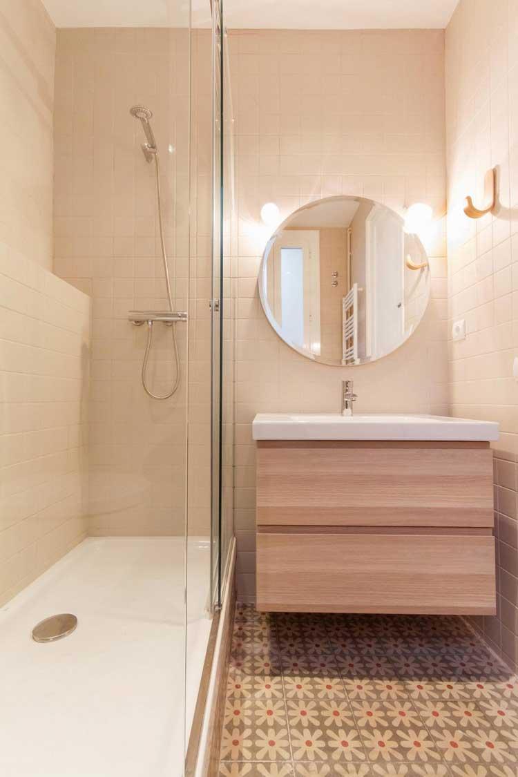 salle de bains avec sol en carreaux de ciment