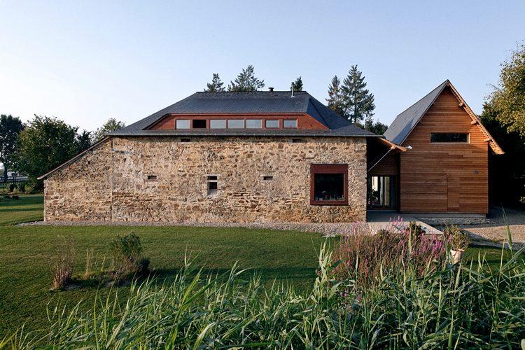 maison en pierres avec extension en bois
