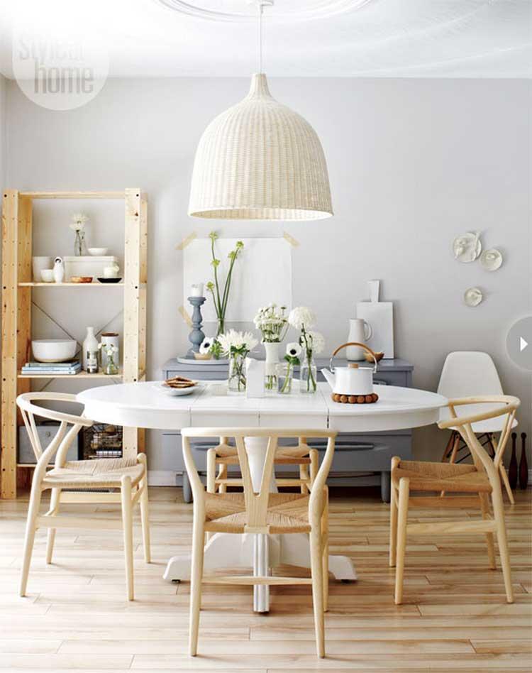 chaises en bois clair et table blanche