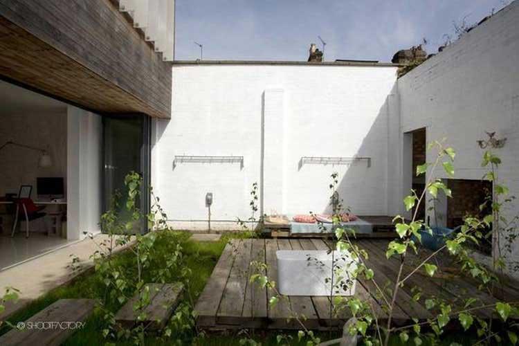 jardin avec mur de briques