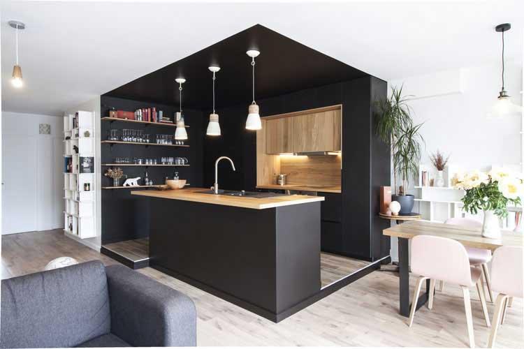 Une cuisine noire et bois au coeur d 39 une r novation for Cuisine laquee noire et bois