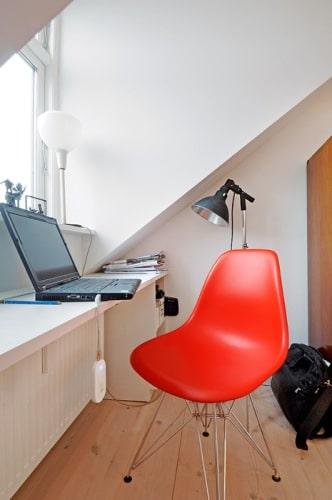 un appartement mansard avec la couleur orange. Black Bedroom Furniture Sets. Home Design Ideas