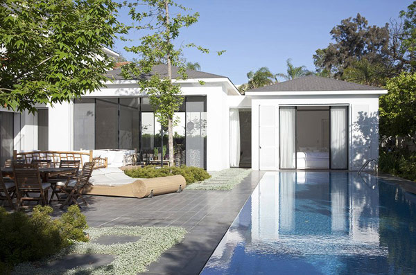 Une piscine au coeur de la villa (12)