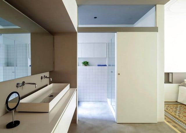 Barcelone un appartement rénové avec des panneaux coulissants (15)