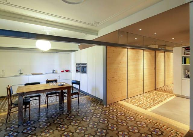 Barcelone un appartement rénové avec des panneaux coulissants (5)