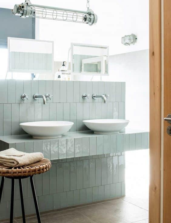 mur vert d'eau dans salle de bain