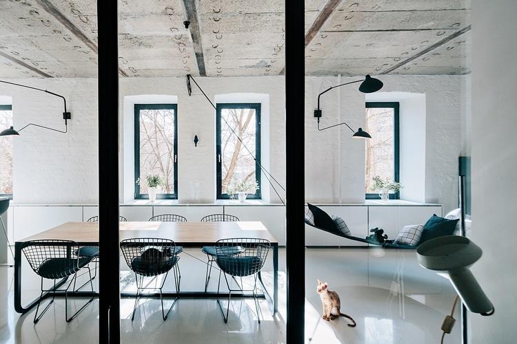 chaises metalliques dans loft a moscou