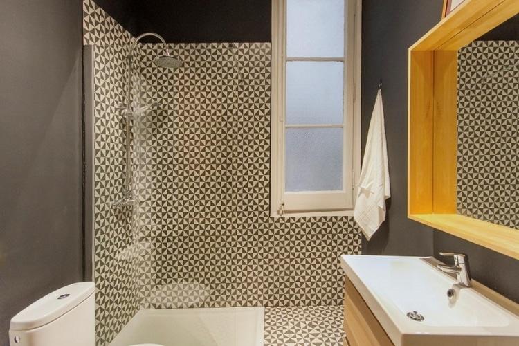 salle de douches avec carrelage geometrique