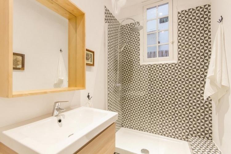 salle de douche bois clair et mosaique