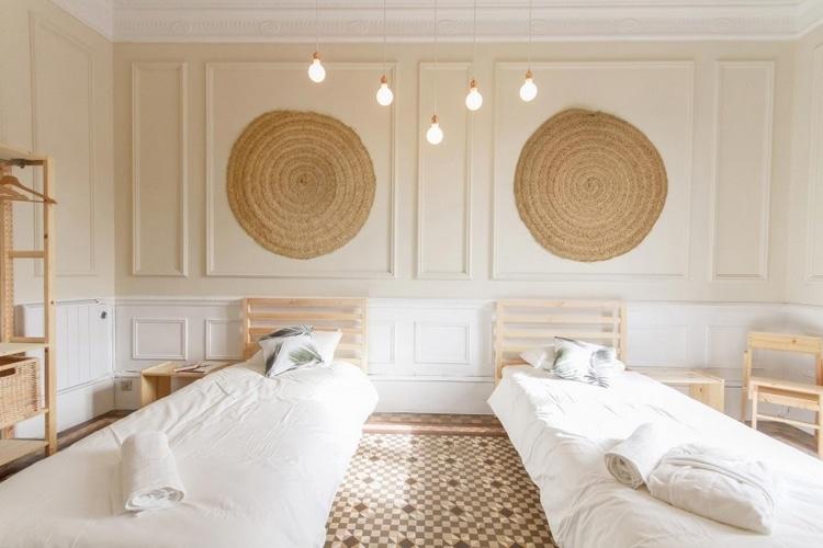 2 lits dans chambre sol mosaique