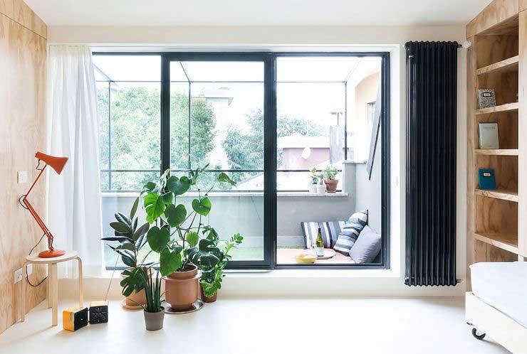 Appartement optimisé avec des placards en bois (6)
