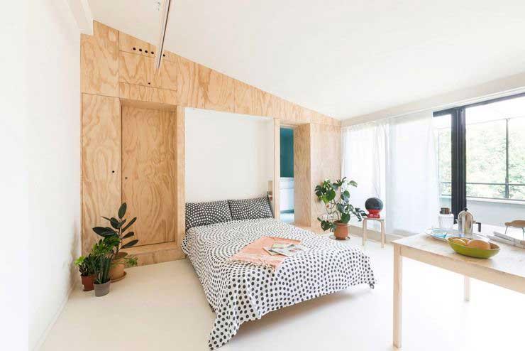 Appartement optimisé avec des placards en bois (7)