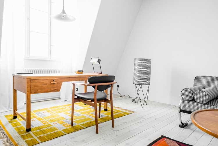 Appartement scandinave avec des murs de briques