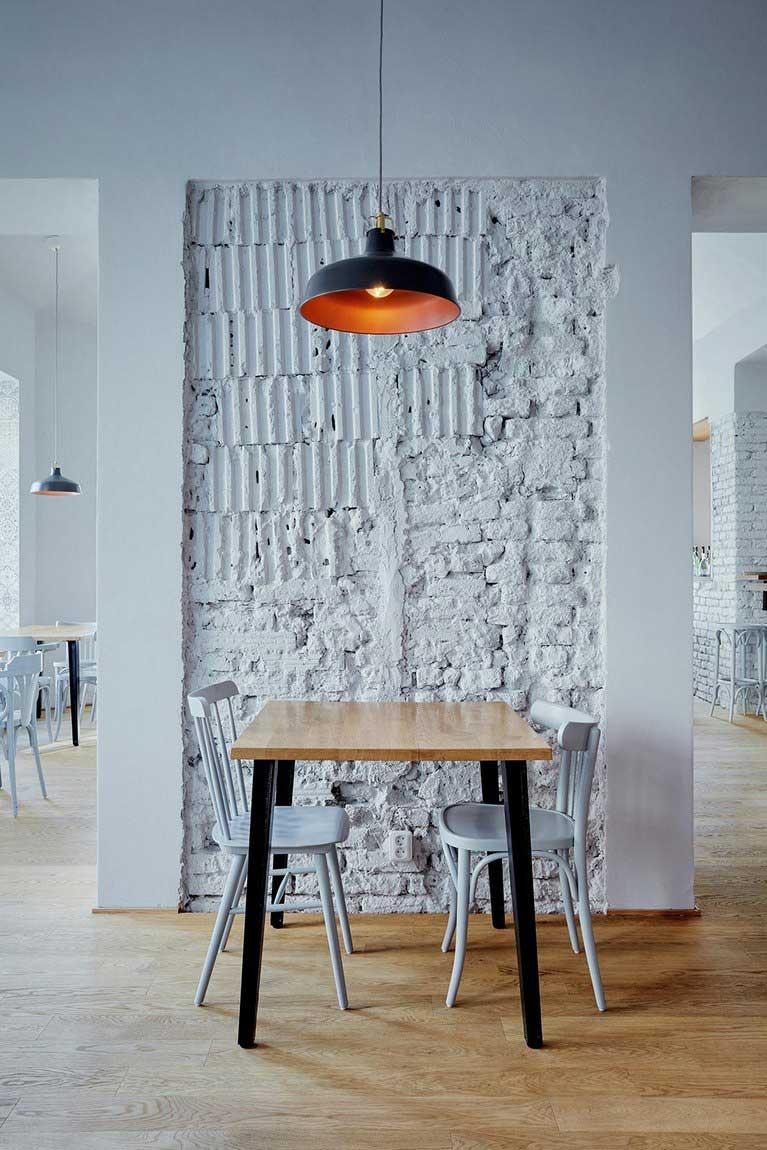 cafe avec deco interieure en briques et bois