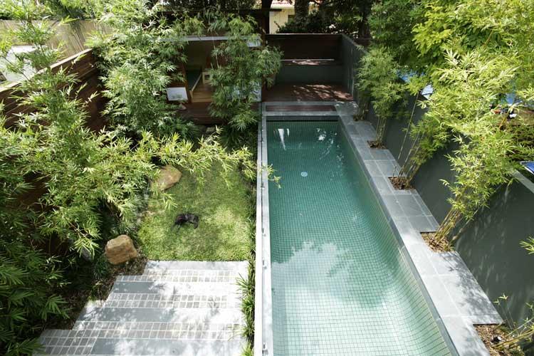 Une maison avec piscine entour e d 39 un jardin luxuriant Piscinas alargadas y estrechas