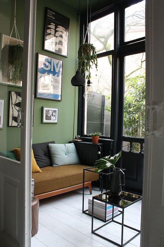 Salon cosy au mur kaki