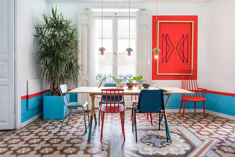 carreaux de ciment dans sejour avec mobilier coloré