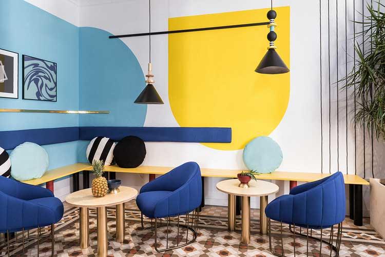 mur colorés avec du jaune et du bleu et un sol en carreaux de ciment