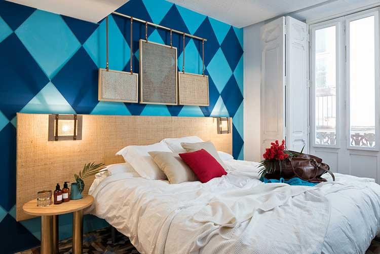 mur chambre hotel peint avec damiers bleu clair et foncé