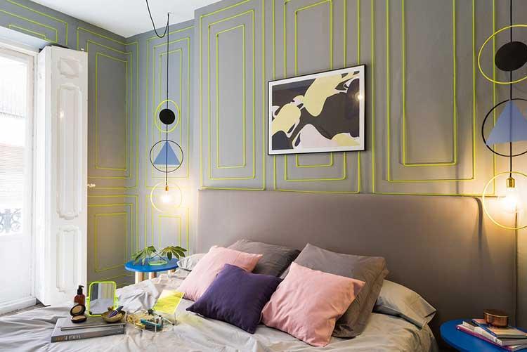 murs de chambre habillés de lignes jaune