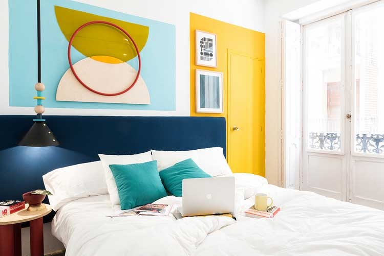 chambre d'hotel colorée
