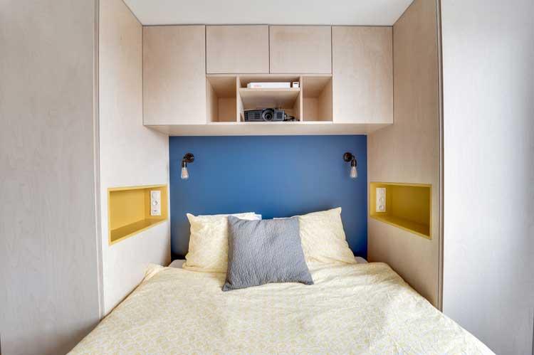 niches colorées dans la chambre
