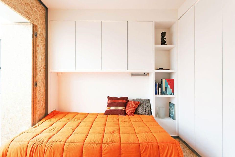 lit pliable dans mur de rangement