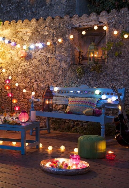 guirlandes guinguettes colorées pour un éclairage de terrasse festif