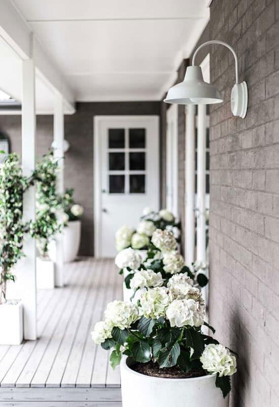 éclairage de terrasse chic avec applique industrielle blanche