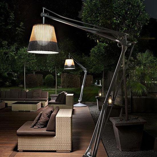 éclairage de terrasse tendance avec des luminaires XXL en rotin et métal