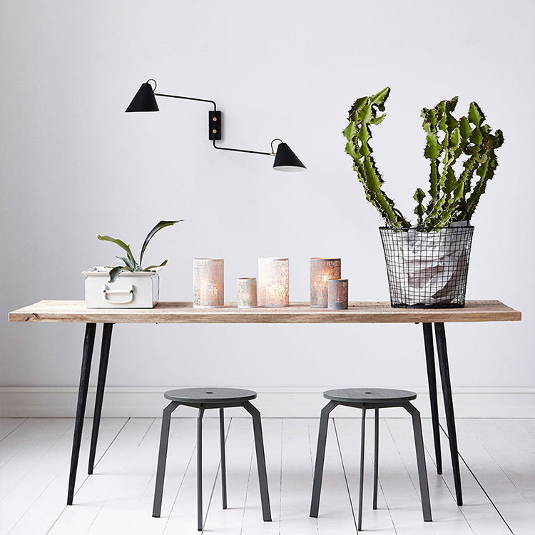 Table avec plateau bois et pied métal bois brut
