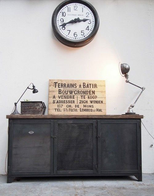 Accrocher une horloge vintage au dessus de votre buffet