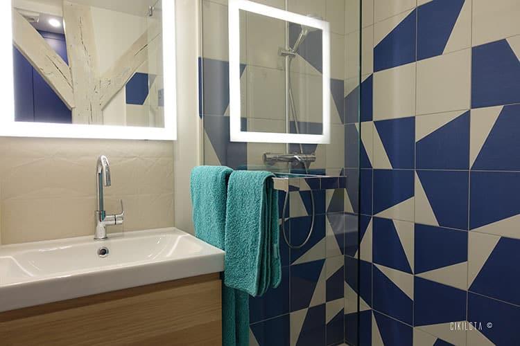 douche carrelage bleu et blanc