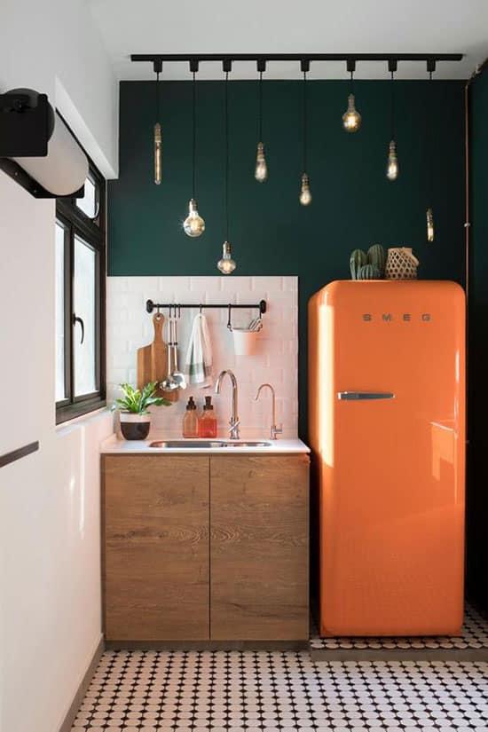 Réfrigérateur déco orange dans cuisine verte