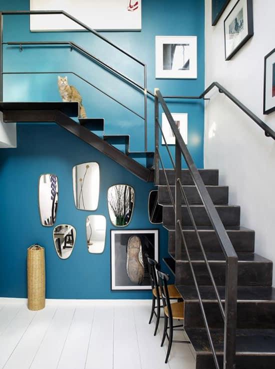 Escalier métallique et mur canard