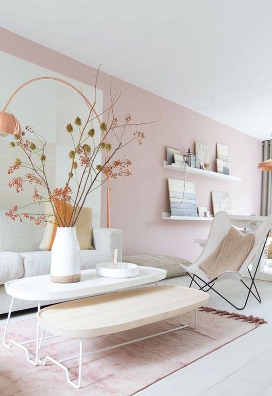 Mur rose tendre pour un salon étroit