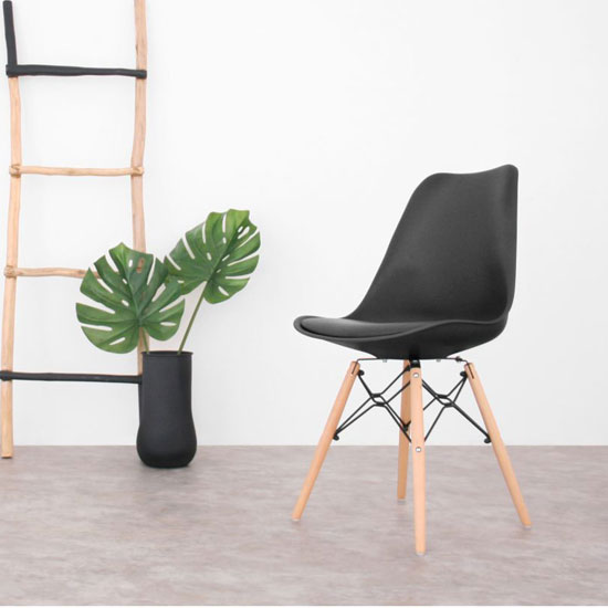 Chaise noire et bois