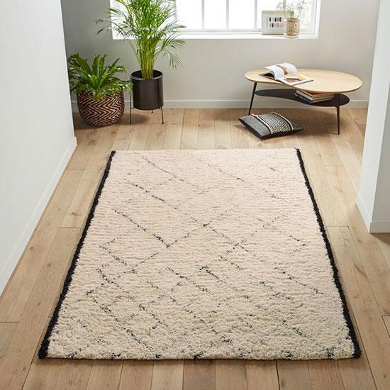 Accentuer le coté cosy avec un tapis pure laine style berbère